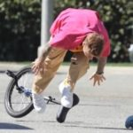 Justin Bieber se cae de un monociclo